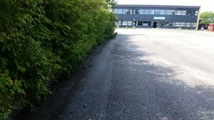 Efter fejning af kant på parkeringsplads ved Strøby Skolen.