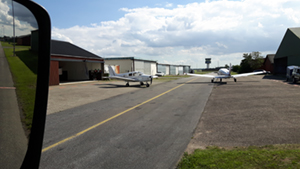 Fejning omkring hangarerne i Roskilde Lufthavn.