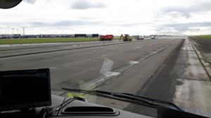 Grundig fejning af banen i Kastrup Lufthavn.