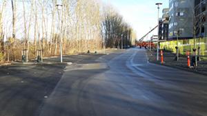 Parkeringspladsen ved byggeriet blev fejet ren.